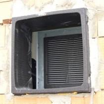 Detail instalace vzduchotechnického kanálu do stěnové průchodky